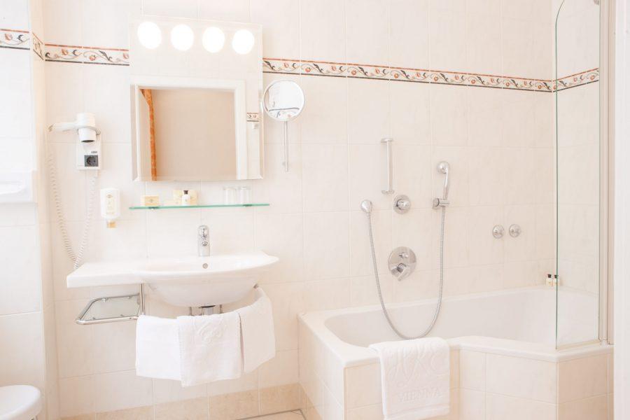 Weisses Badezimmer mit Eckbadewanne