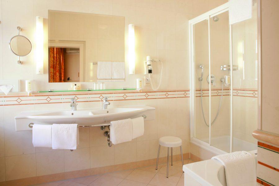 Badezimmer mit Dusche, Badewanne und Doppelwaschbecken