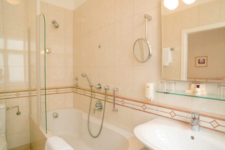 Badezimmer mit Badewanne und Waschtisch
