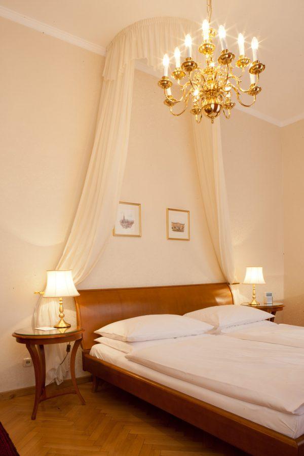 Doppelbett mit Baldachin und Luster