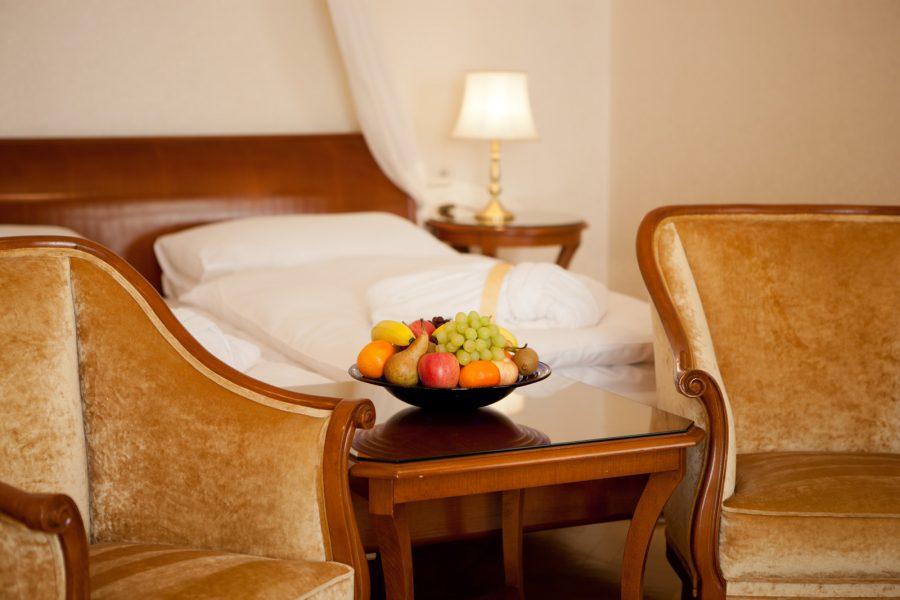 Superiorzimmer mit Obstkorb und Sitzgelegenheit