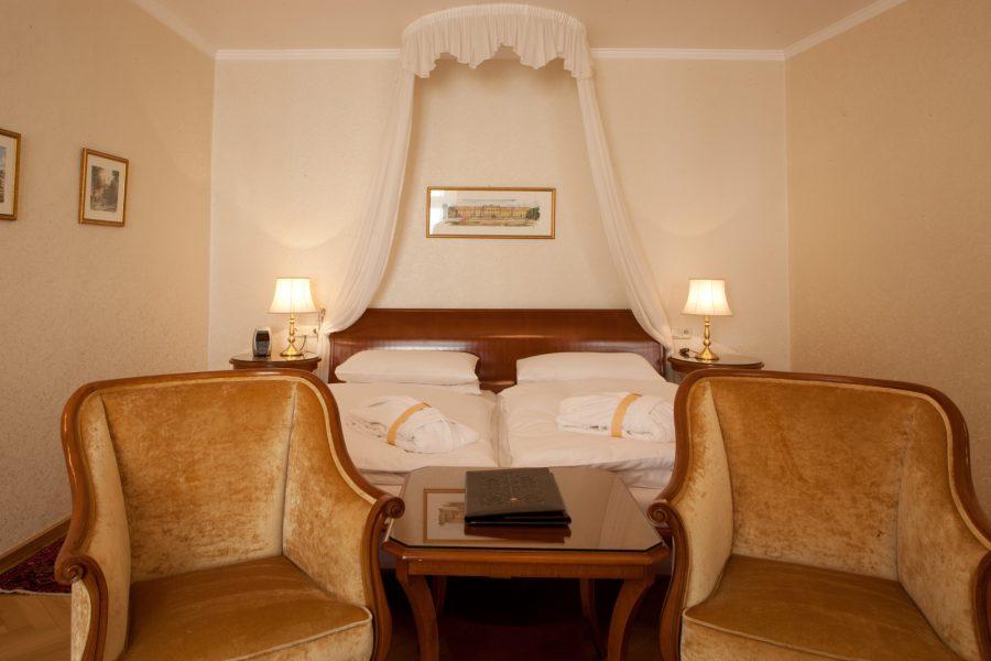 Superiorzimmer mit Doppelbett und Sitzgelegenheit