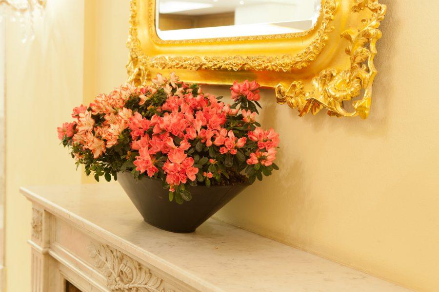 Blumengesteck auf Kaminsims
