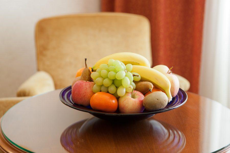 Obstkorb auf Holztisch