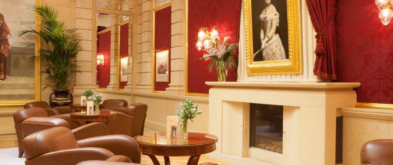 Lobby mit Kamin und Gemälde