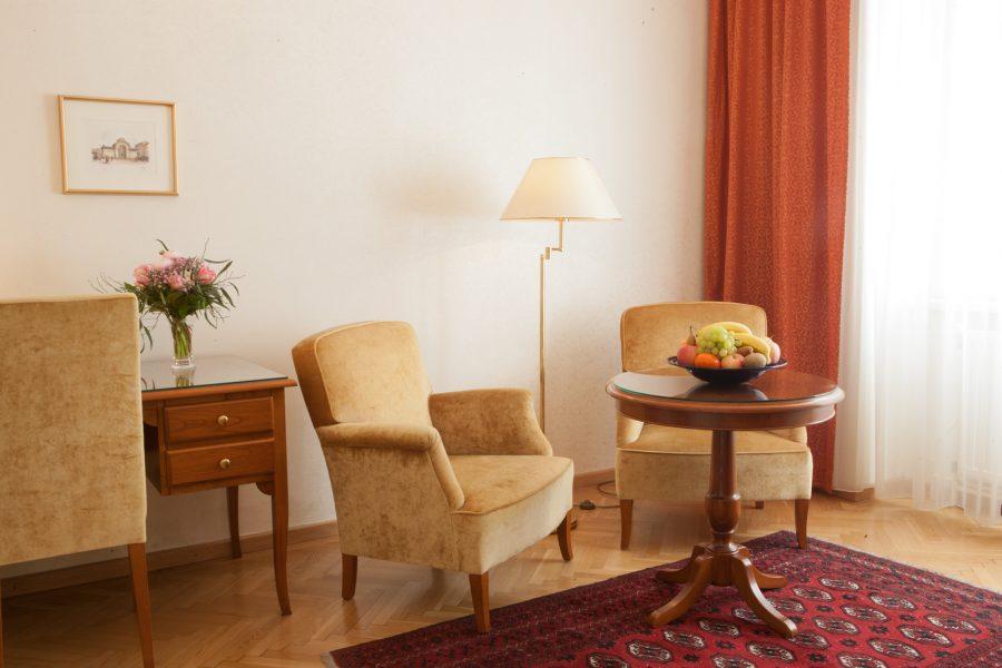 Hotelzimmer mit Sitzgelegenheit und Schreibtisch