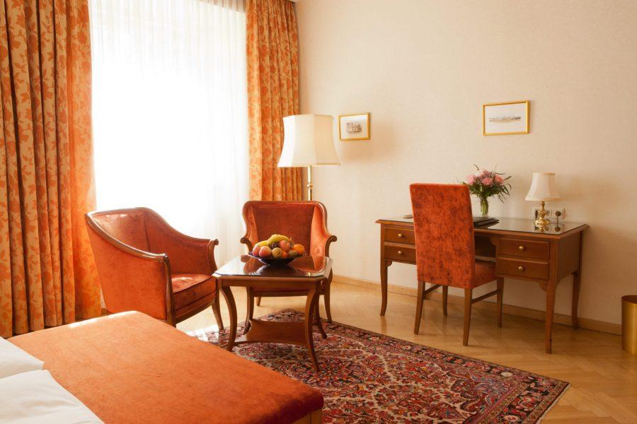 Hotelzimmer mit Sitzgelegenheit, Schreibtisch und Kofferablage