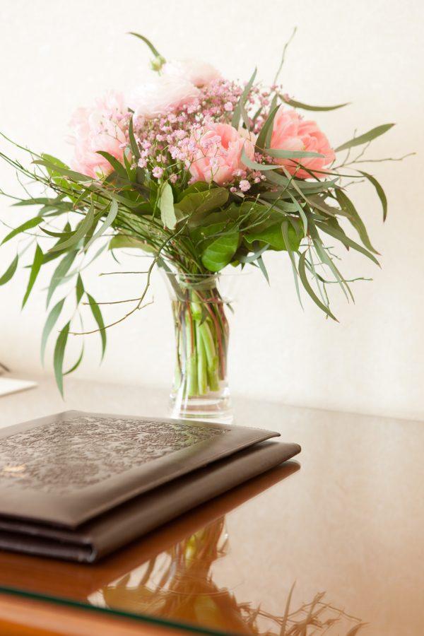 Blumenstrauß auf Holzschreibtisch