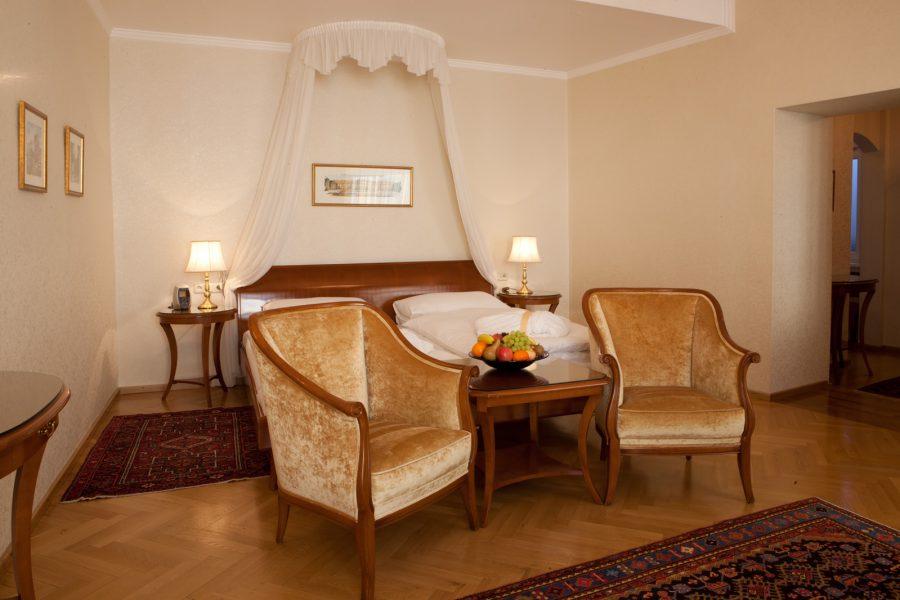 Doppelzimmer mit Sitzgelegenheit, Tisch und Obstkorb