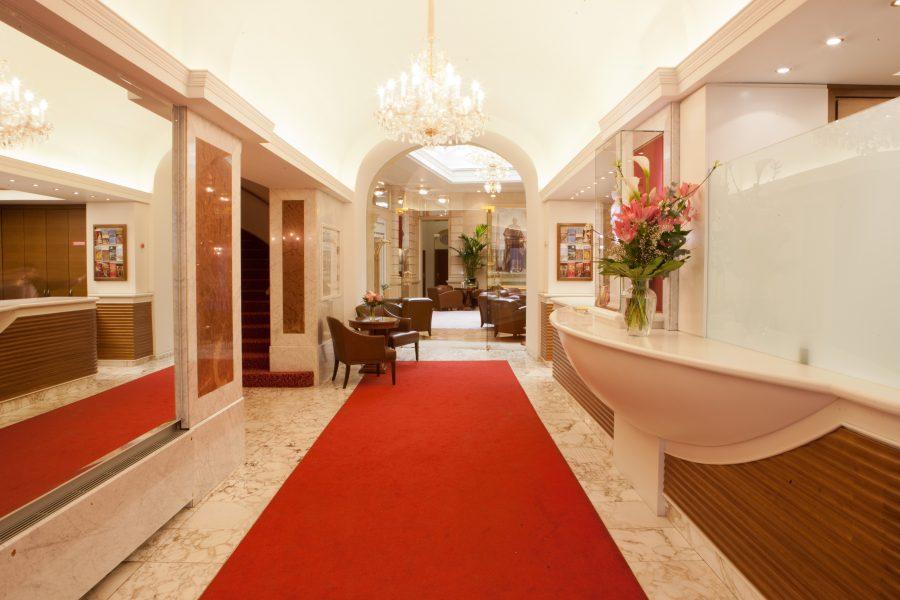 Rezeptionsbereich mit rotem Teppich