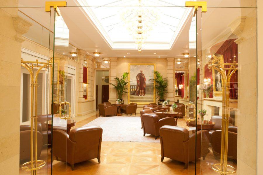 Hotellobby mit braunen Ledersesseln und Gemälde