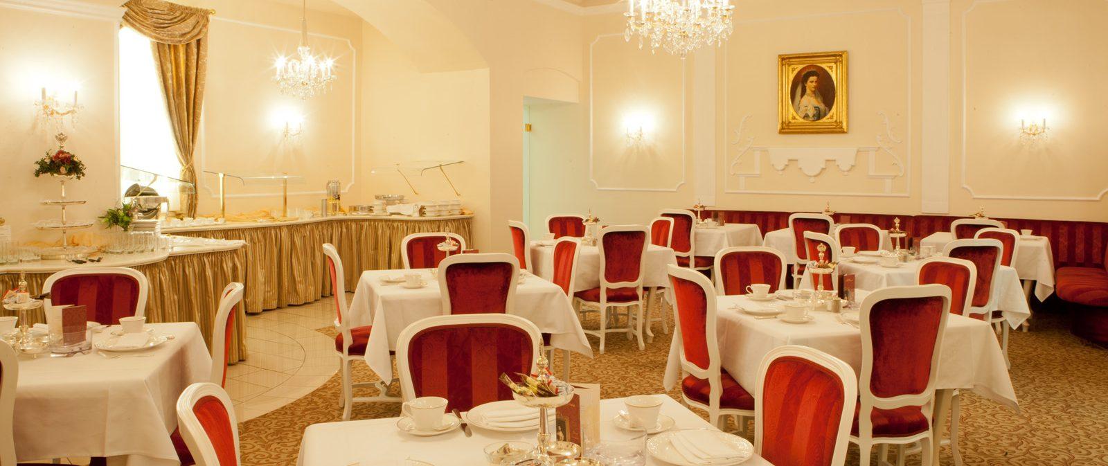 Frühstücksraum mit roten Sesseln